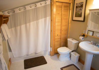 Cedar_House_Chalets_Golden_Accommodation_Cedar_Chalet_Bathroom (1)