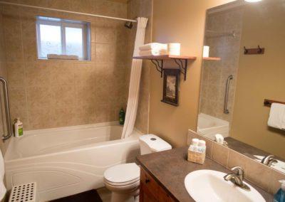 Cedar_House_Chalets_Accommodation_Golden_Bathroom (1)