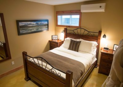 Cedar_House_Chalets_Accommodation_Golden_Bedroom (1)