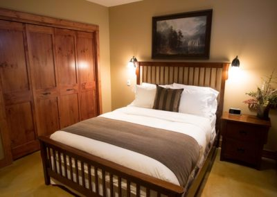 Cedar_House_Chalets_Accommodation_Golden_Bedroom (2)