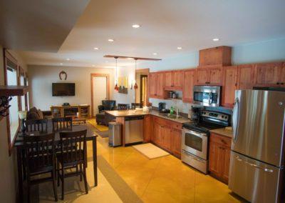 Cedar_House_Chalets_Accommodation_Golden_Kitchen (1)