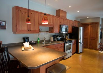 Cedar_House_Chalets_Accommodation_Golden_Kitchen (2)