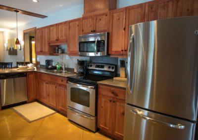 Cedar_House_Chalets_Accommodation_Golden_Kitchen (3)